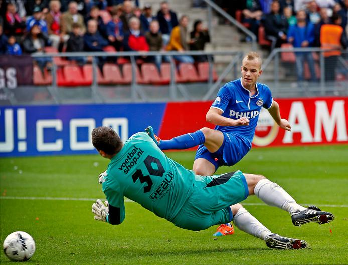FC Utrecht-PSV Jorrit Hendrix, scorend in 2014 voor PSV in Utrecht.