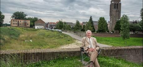 Oud-burgemeester Peter de Koning geeft tekst en uitleg bij Gelderlander Nieuwscafé