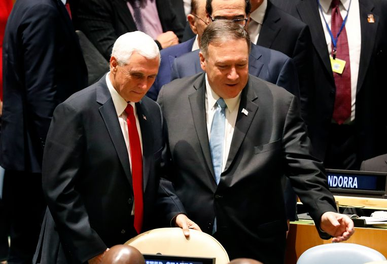 Mike Pence (l) en Mike Pompeo.