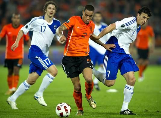 Roman Eremenko (rechts) in duel met Gregory van der Wiel tijdens Nederland - Finland in 2010.