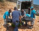Hulpdiensten verplaatsen in de omgeving van Narlikuyu een lijkzak met daarin vermoedelijk het lichaam van Joey Hoffmann.