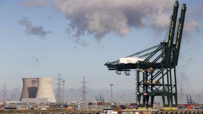 Containerschip knalt tegen kademuur in Antwerpse haven
