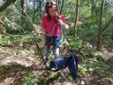 Nicole IJzermans toont een kapotte vissersstoel die in een boom was gehangen.