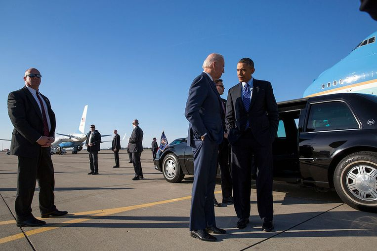Omgeven door Secret Service-agenten, overleggen Biden en Obama met elkaar voor Air Force One. Beeld White House Photo