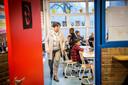 Door het lerarentekort moeten scholen steeds vaker klassen samenvoegen. Ook worden werklozen met een lesbevoegdheid overgehaald om weer voor de klas te gaan staan. Foto ter illustratie.