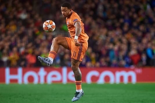 Memphis Depay in actie voor Olympique Lyon tijdens het CL-duel in Barcelona.