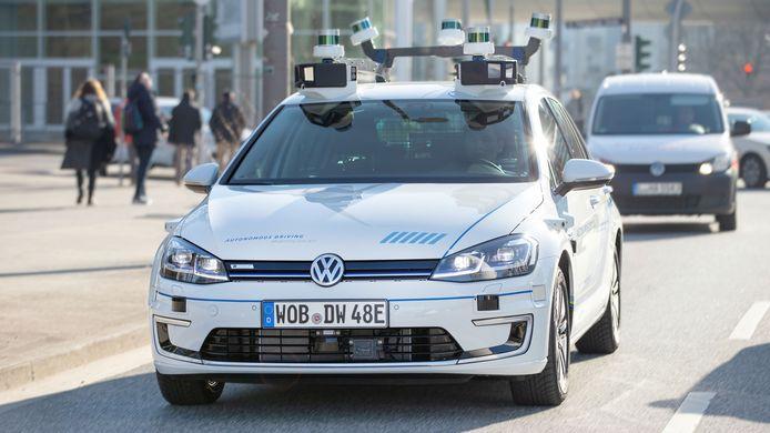 De autonome e-Golf rijdt op proef in Hamburg