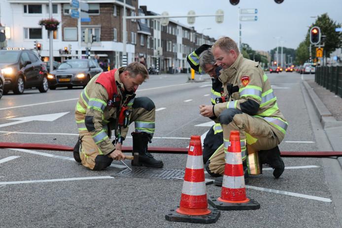 De brandweer van Utrecht spoelt het riool door.