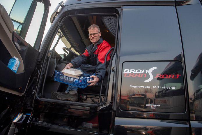 Trucker Reinder Bron geniet in zijn vrachtwagen van portie andijviestamppot.