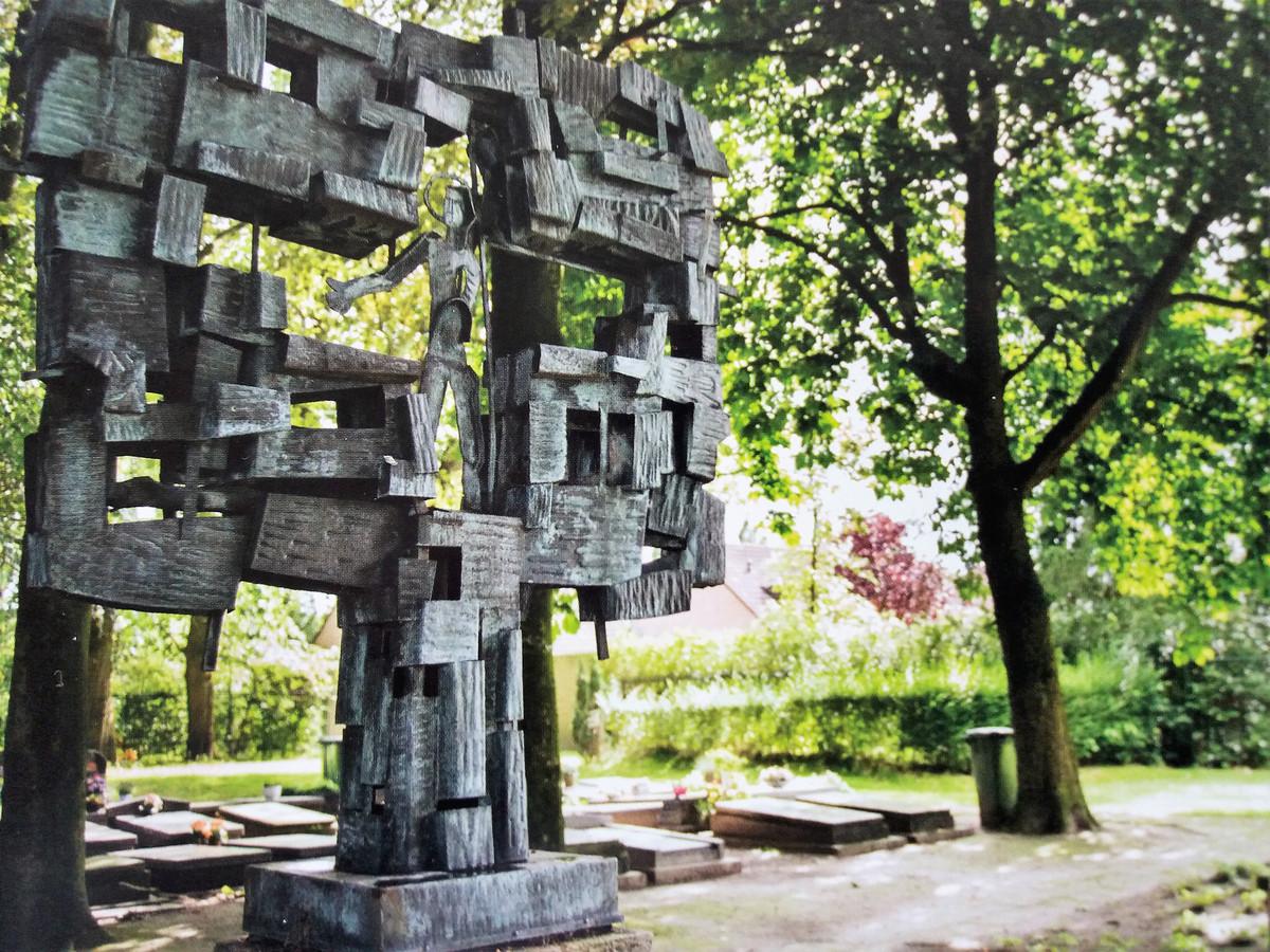 Het grote werk van Suermondt dat werd gestolen op de begraafplaats van de St. Jozefkerk.
