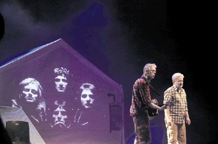Pé Daalemmer (Peter de Haan, links) en Rooie Rinus (Frank den Hollander) in hun element: op de planken. (FOTO GERRIE VAN BARNEVELD) Beeld