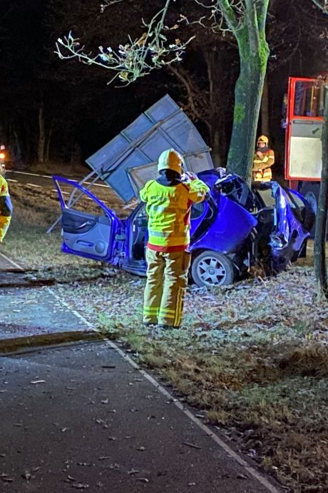 Ernstig ongeluk bij Uddel: auto vouwt zich om boom, jongen (19) zwaargewond