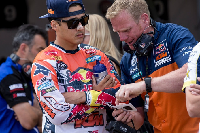 KTM-teammanager en ex-wereldkampioen Joël Smets (r) geeft instructies aan MXGP-rijder Glenn Coldenhoff.