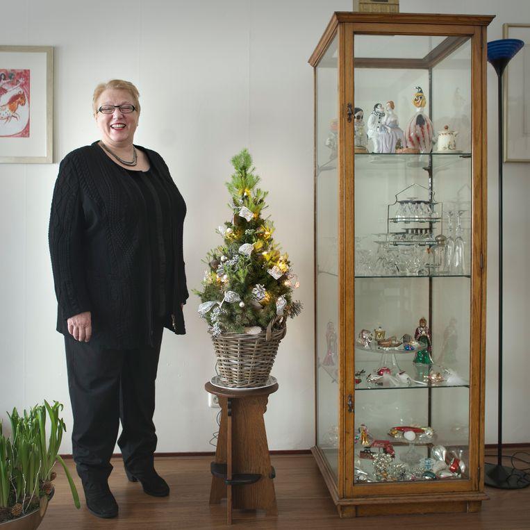 Ineke Strouken (61), directeur van het Nederlands Centrum voor Volkscultuur, ziet haar kerstboom als wapen tegen de koude wintermaanden. Na Sinterklaas is de kerstboom optuigen de meest favoriete traditie van Nederlanders, blijkt uit onderzoek van Strouken. Beeld Joost van den Broek