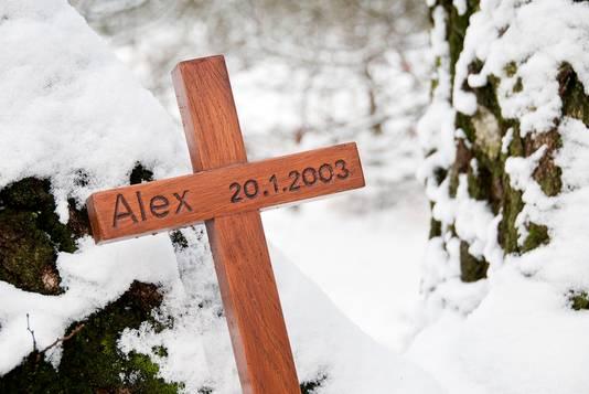 Het kruis dat de fervente hardloper Alex Wiegmink herdenkt op de Posbank.