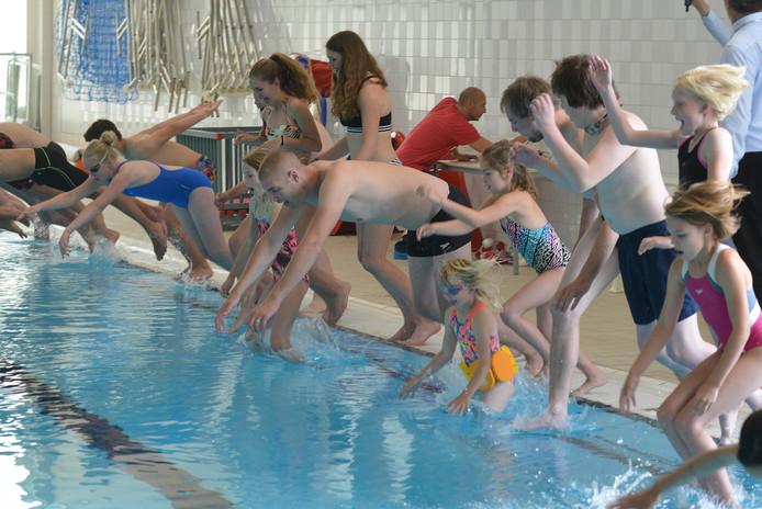 De opening van het zwembad met Maarten van der Weijden, drie jaar geleden.