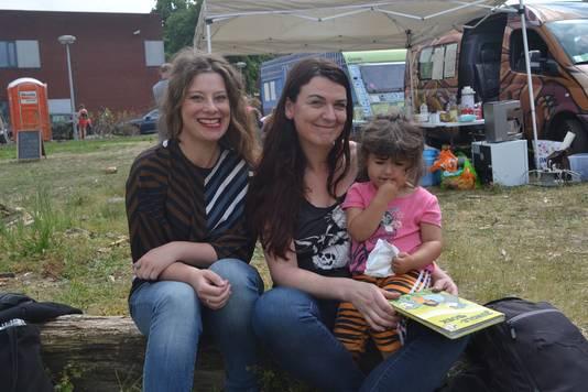 Eveline (links), Els en Thouria bedenken wat ze nog allemaal willen doen op het Dichtersfestival.