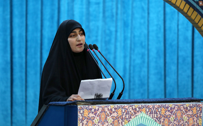 Soleimani's dochter Zeinab spreekt tijdens de herdenkingsceremonie voor haar omgekomen vader.