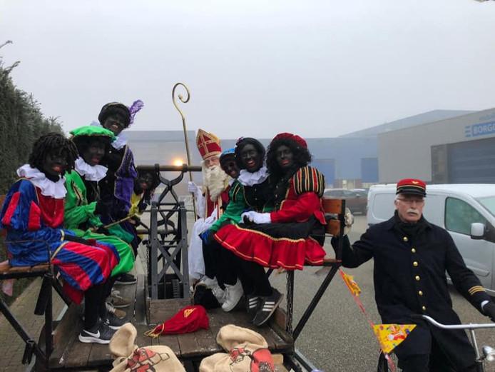 De aankomst van de Sint bij basisschool Los Hoes in Haaksbergen.