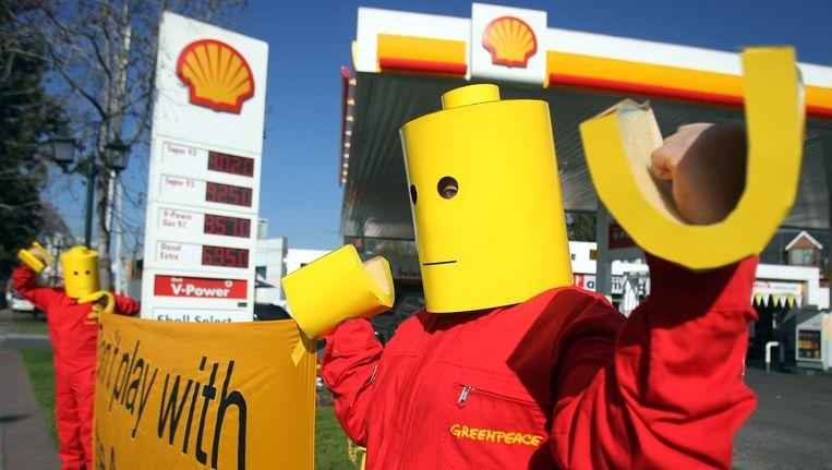 Greenpeace activisten zijn verkleed als Lego figuren om het bewustzijn over de acties van Shell op de Noordpool te vergroten. Ze protesteren voor een benzinestation van Shell in Chili. Beeld anp