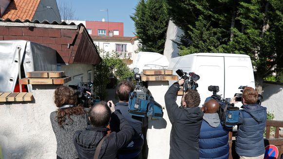 De pers verzamelt aan het huis in Chelles, waar de politie op zoek is naar sporen van de dader en eventuele handlangers.