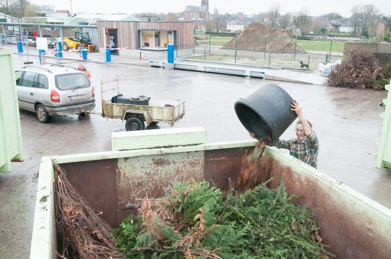 In het containerpark van Kruishoutem kan je nog boomwortels kwijt.