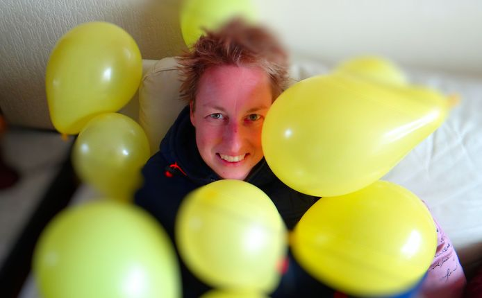 Wenda Canninga met de gele ballonnen.