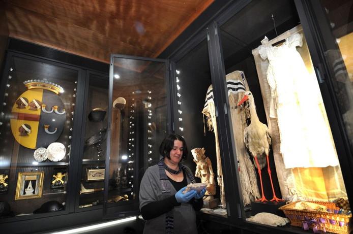 Conservator Caroline van Santen in een Wonderkamer van het Zeeuws Museum.