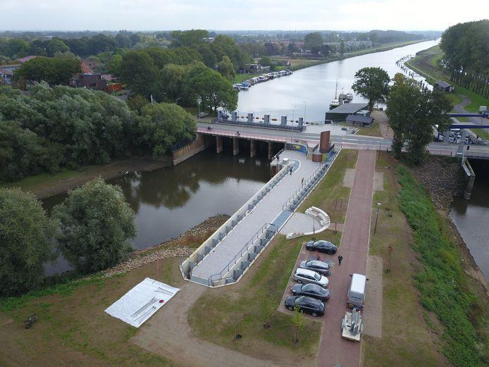 De vispassage tussen de Oude IJssel en de IJssel bij Doesburg, met op de achtergrond het gebied waar het wijkje De Sluyswachter moet worden gebouwd.