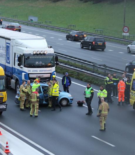 Gezin botst tegen vrachtwagen op Rijswijkse A4: vader en moeder gewond