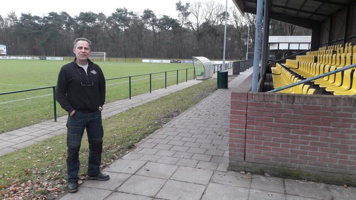 Waarnemend voorzitter Jeroen Gillessen bij de hoofdtribune van VV Rijen op sportpark Vijf Eiken in Rijen. Vijf verenigingen willen vaart maken met een duurzaam zonnepark, maar vinden dat de gemeente te lang op zich laat wachten.  De gemeente zegt dat de clubs juist aan zet zijn.