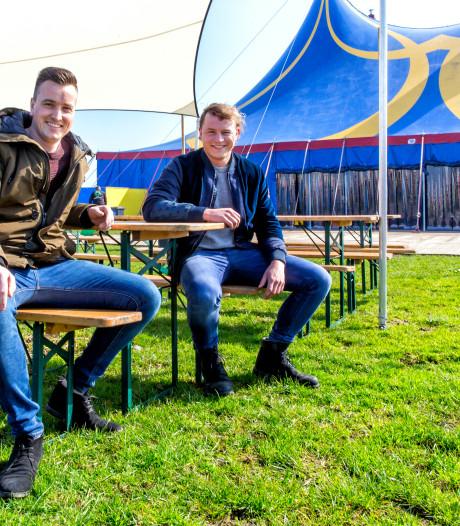 Clowns en acrobaten in de Hoekse polder tijdens Circus X-festival