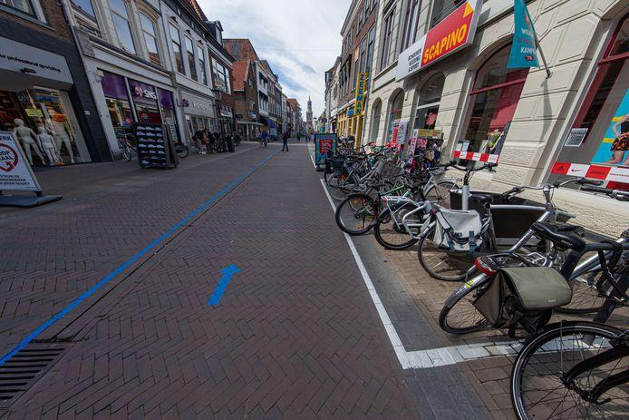 De blauwe lijnen in de binnenstad van Kampen helpen mensen om afstand te bewaren, maar niet iedereen is er even blij mee. Zoals een fotografe en Stichting Stadsherstel Kampen. Met name de combi en pijlen en blauwe lijnen en witte parkeervakken en borden, maken het er niet mooier op.