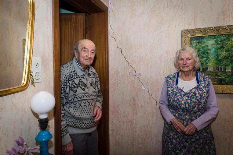 Marcel De Geyter (94) en Clara De Clerck (92) bij een grote scheur in hun huiskamer.