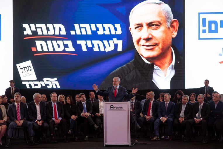 De Israëlische premier Benjamin Netanyahu spreekt tijdens een partijbijeenkomst van Likoed in Tel Aviv.  Beeld AP