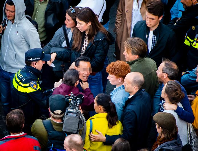 De man werd afgevoerd door de politie.