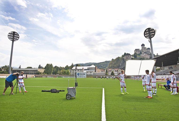 Jeugdspelers van AS Trencin worden gefotografeerd op het hoofdveld. Beeld Guus Dubbelman