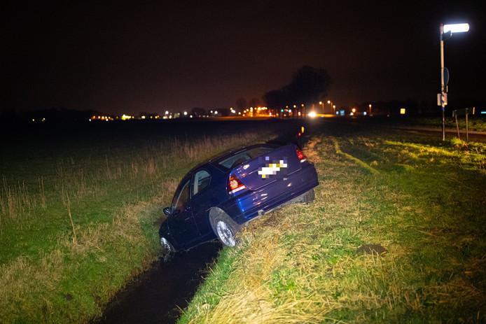 Een auto belandde woensdagavond in de sloot in Biddinghuizen
