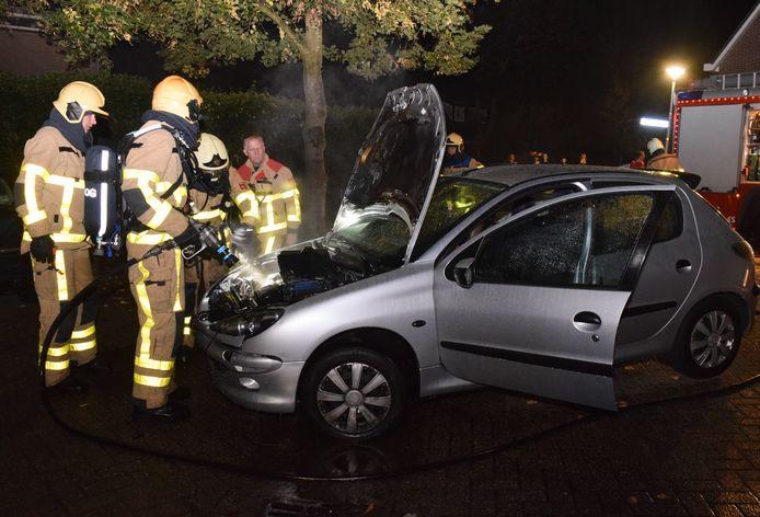 De brandweer had de autobrand in Doetinchem snel geblust.
