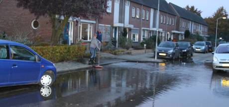 Edese straat staat blank door gesprongen waterleiding