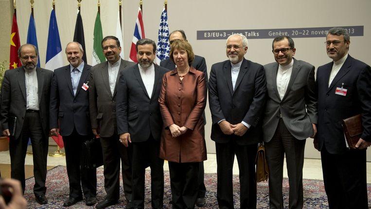 Hoge Vertegenwoordiger van de EU Catherine Ashton (midden) laat zich samen met de Iraanse minister van Buitenlandse Zaken Mohammad Javad Zarif (midden rechts) en de Iraanse delegatie fotograven na het bereiken van een akkoord Beeld ap