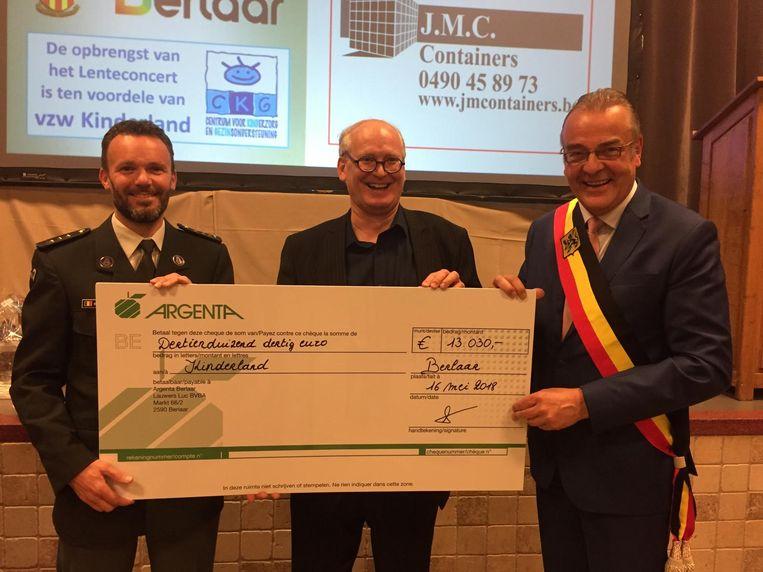 Nico Hoogmartens en Walter Horemans overhandigen 13.030 euro aan de directeur van Kinderland.