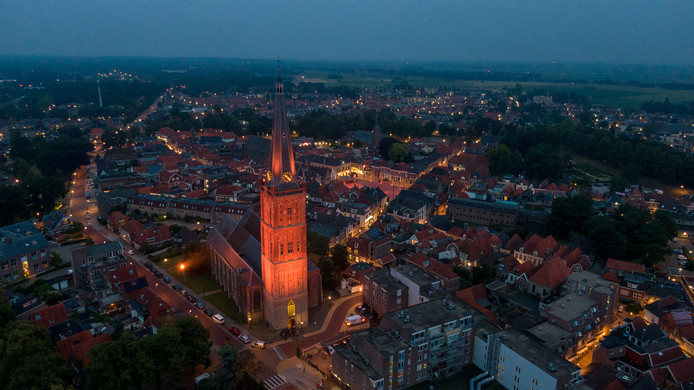 De 86 meter hoge toren van de Sint Clemenskerk in Steenwijk kleurt oranje.