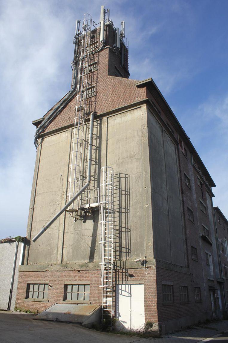 De graansilo van het failliete Biomills Europe in Baardegem doet vandaag dienst als zendmast.