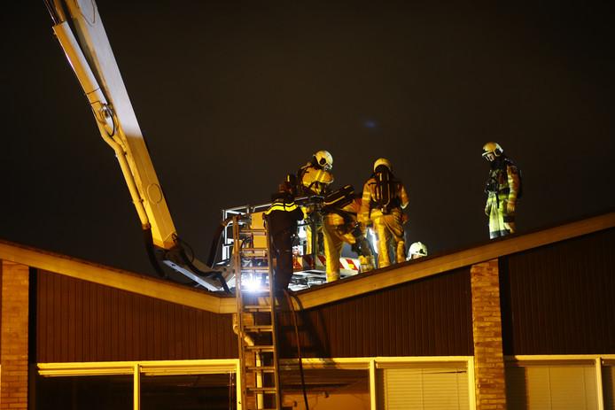 De hulpdiensten moeten lang zoeken naar de oorzaak van een brand in een bedrijfsverzamelgebouw aan de Gildestraat in Kampen.