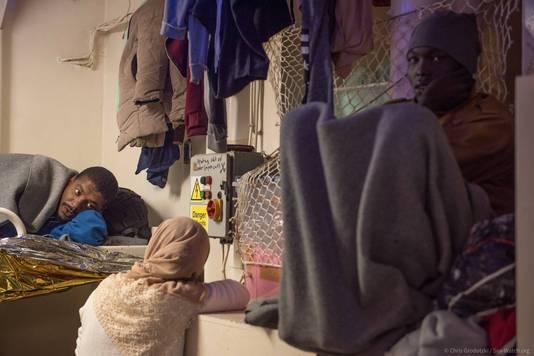 Migranten slapen aan boord van de Sea-Watch