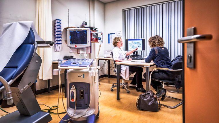 Gynaecoloog Annelies Bos van het UMC Utrecht geeft een consult aan een cliënt. Beeld Raymond Rutting / de Volkskrant