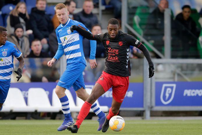 Riechedly Bazoer namens FC Utrecht in actie tegen PEC Zwolle.