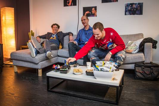 Maijer en Scholten met hun Duitse gast, dartsspeler Max Hopp, bij een van de vele pauzes in de 'green room'.