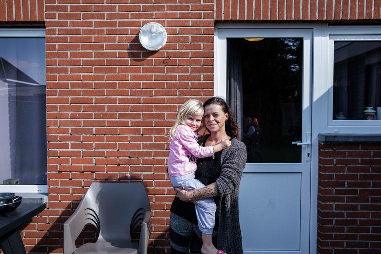 Iris Kempeneers met haar dochtertje Jynse.